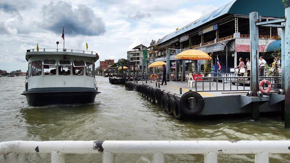 Bateau taxi sur Wang Lang Pier, Chao Phraya River, Bangkok. Photographie David McKelvey (cc)