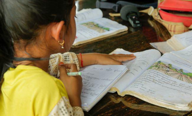 Une élève de deuxième année en classe en plein air chez son professeur