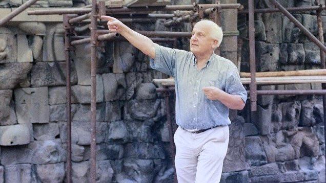 Jacques Dumarçay sur le chantier de la Terrasse des Éléphants, Angkor 1998. Cliché Christophe Pottier