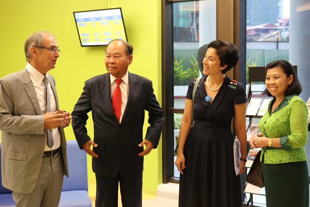 De gauche à droite : Didier Fontenille, Directeur de l'Institut Pasteur du Cambodge, Son Excellence Dr. MAM Bunheng, Ministre de la Santé, Son Excellence Mme Eva NGUYEN BINH, Ambassadrice de France au Cambodge, Son Excellence Madame NGUON Sokha, Secrétaire d'Etat du Ministère de l'Economie et des Finances