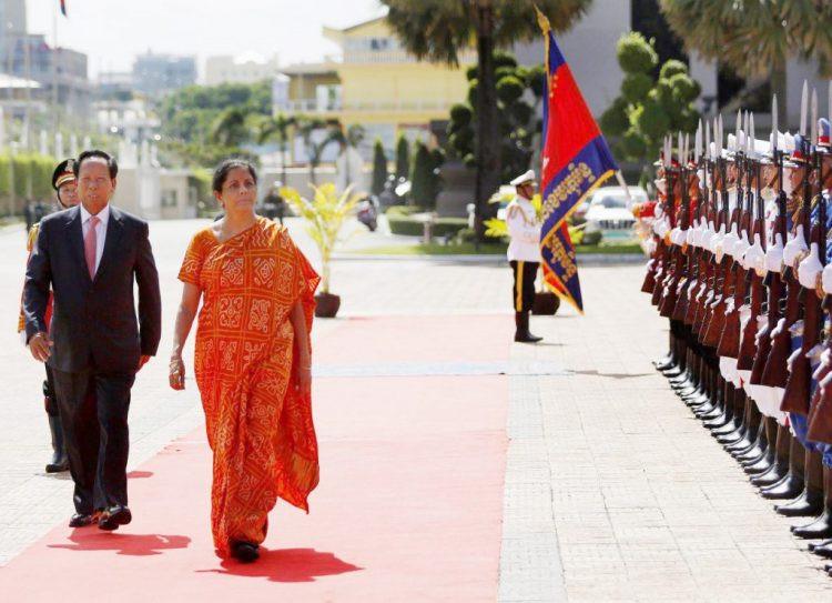 Mme Shrimati Nirmala Sitharaman est en visite officielle du 10 au 12 juin, à l'invitation du vice-Premier ministre et ministre de la Défense nationale, Samdech Pichey Sena Tea Banh (à gauche sur la photo)