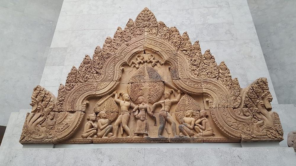 Fronton du Banteay Srei : deux asuras (démons) se disputent l'apsara Tilottama (épisode du Mahabharata)