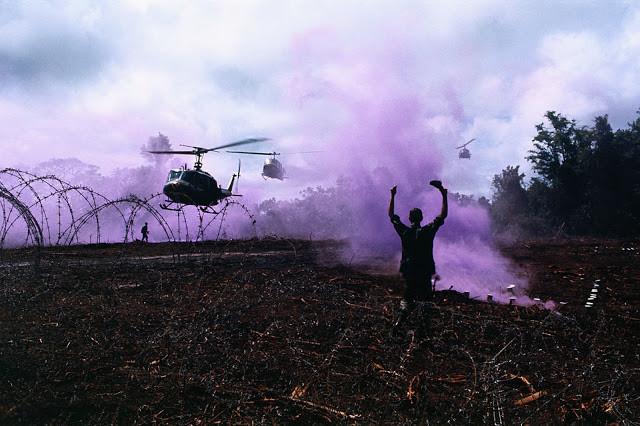Un soldat guide un groupe d'hélicoptères Bell UH-1 Iroquois vers la zone d'atterrissage. Photo par Bettman (cc)