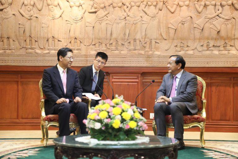De gauche à droite : Liu Shaobin, directeur général du Département des affaires de sécurité extérieure et Prak Sokhonn, ministre des Affaires étrangères et de la Coopération internationale