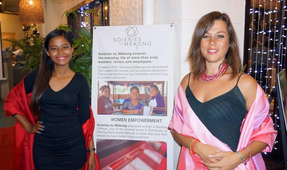Chhorvin Liv et Anne-Laure Barenay lors du défilé de mode Soieries du Mékong dans un restaurant du groupe Almond