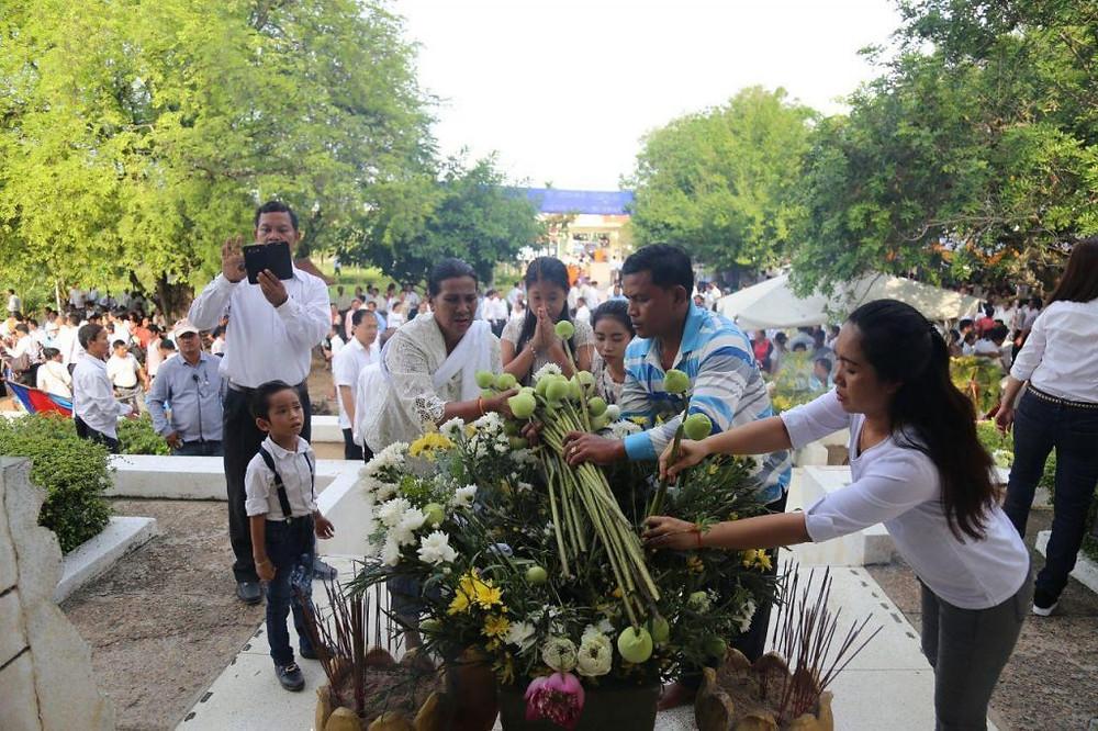 Journée nationale à la mémoire des victimes du régime des Khmers rouges à Choeung Ek