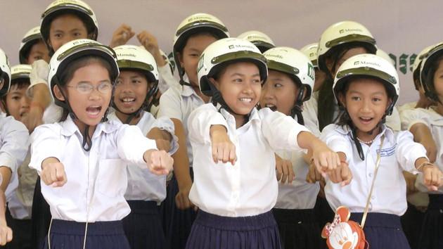 Des casques pour les écoliers de Siem Reap