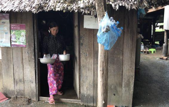 La vendeuse de produits alimentaires Kong Sina sort de sa cuisine du village de Trach