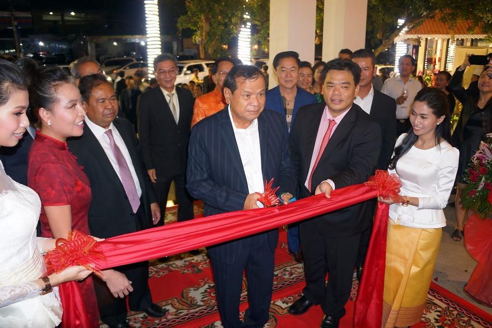 S.E. Dr Thong Khon coupe le ruban lors de l'inauguration du nouvel Ysang