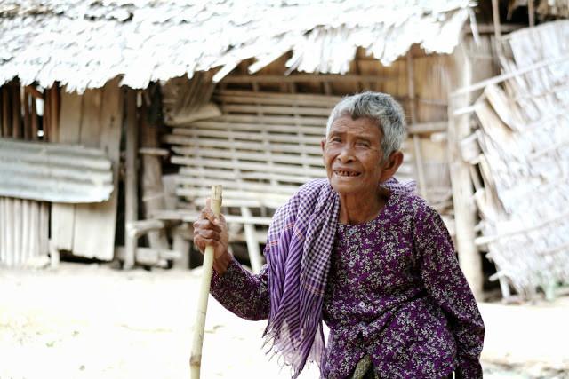 Ancienne de Prek Dey  Portrait d'une vieille dame pris dans la campagne de Prek Dey, province de Kompong Speu, à l'occasion de la visite de l'ONG CGF Foundation.
