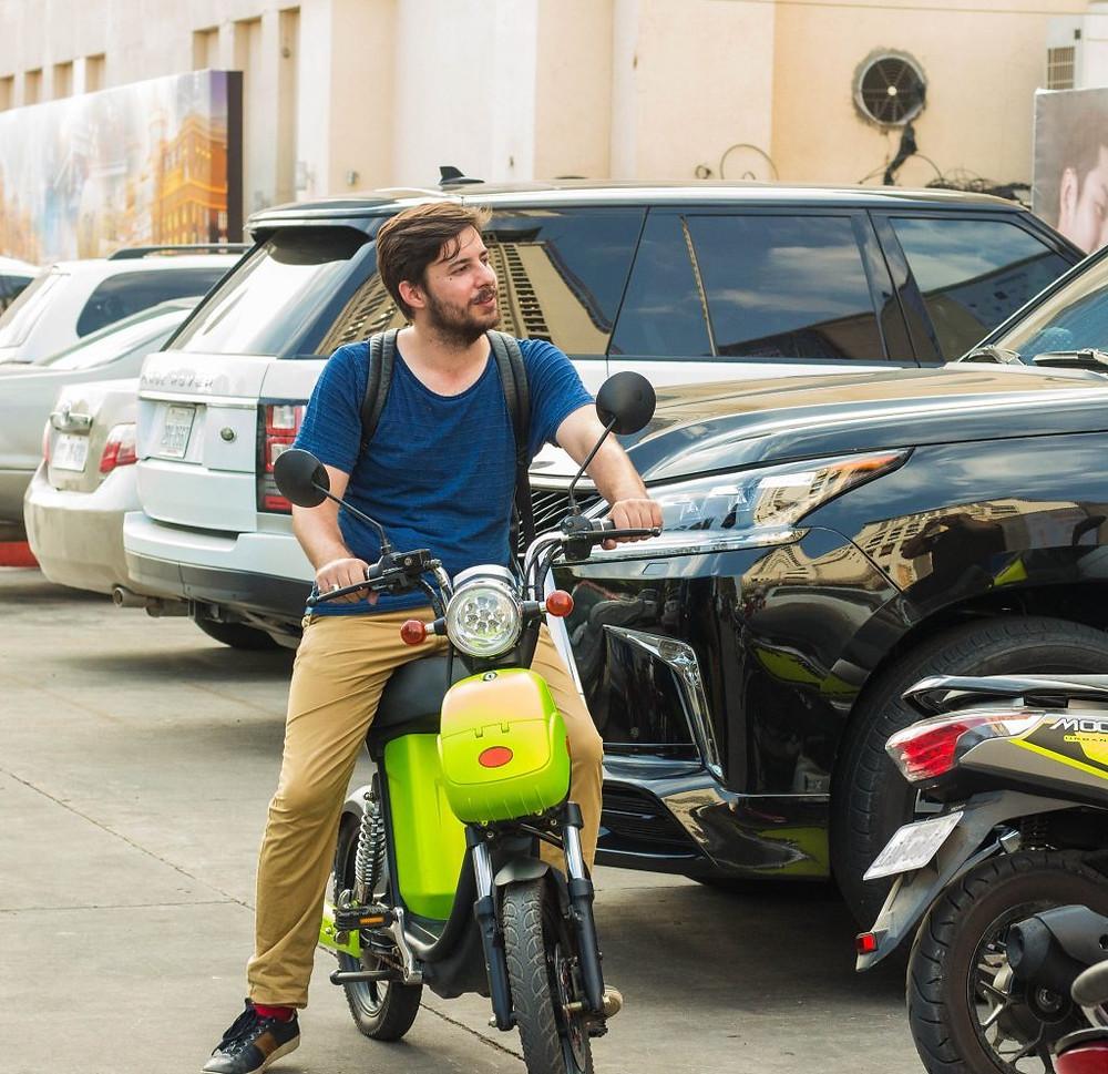 Hugo Bolorinos testant le vélo électronique de Volta Motors