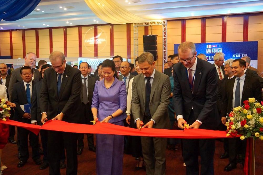 Ouverture officielle en présence d'Arnaud Darc, President d'Eurocham ; deSon Excellence Tekreth Kamrang, Secrétaire d'Etat au ministère du Commerce ;Simone Pieri (Union Européenne) et Eric Delobel, DG de Cambodia Airports.