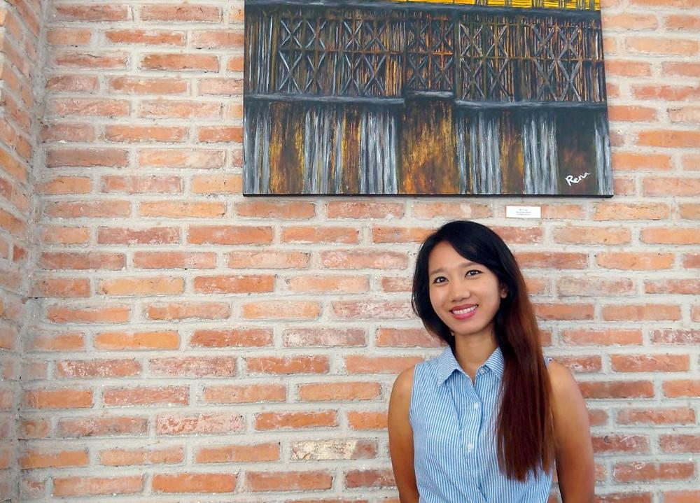 Rena Chheang devant l'une de ses œuvres à Khéma La Poste