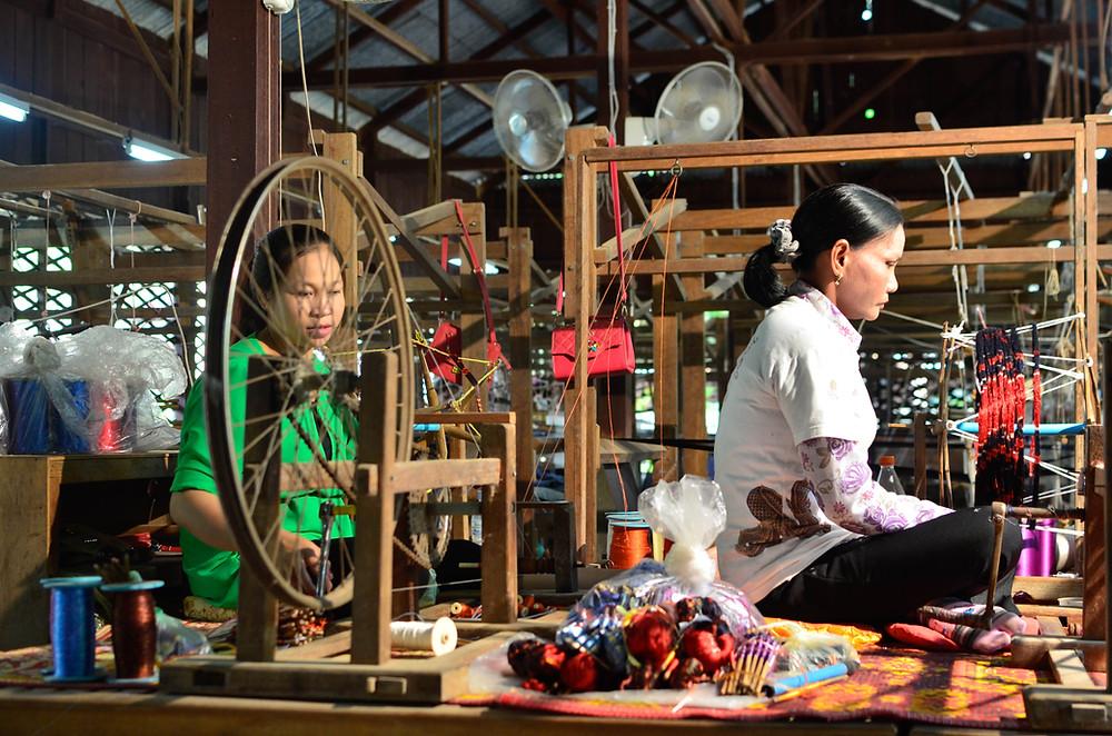 Tisserandes des Artisans d'Angkor