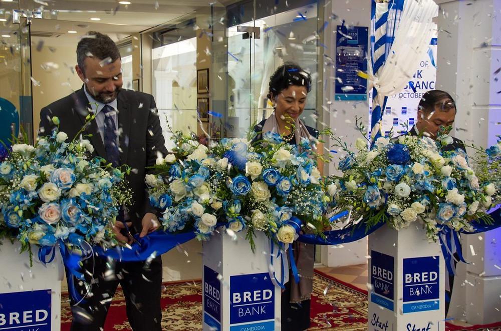 Coupé de ruban en présence, de gauche à droite, de M. Guillaume Perdon, directeur de la BRED ; Madame Eva Nguyen Binh ; M. Kith Sovannarith, Directeur général adjoint de la supervision bancaire à la Banque nationale du Cambodge