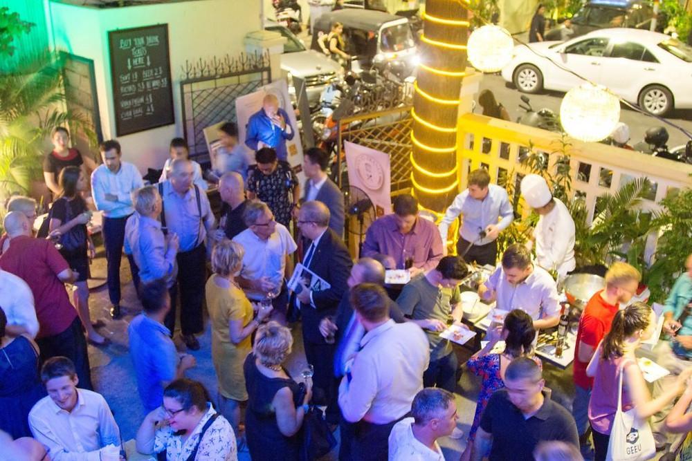 Bouchon Wine bar : Du monde jusque dans la rue...
