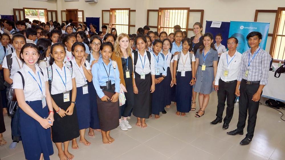 Une partie des étudiants avec l'équipe de Ucarepharma