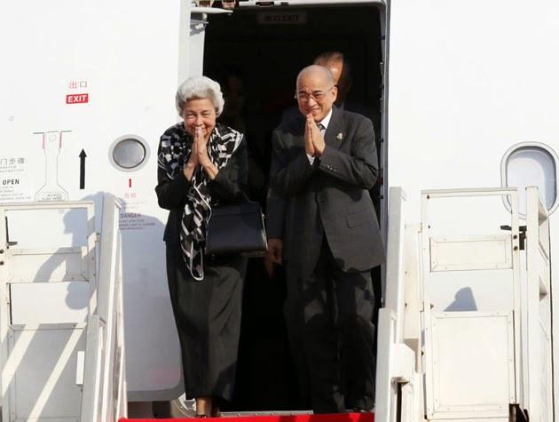 Sa Majesté Norodom Sihamoni, Roi du Cambodge, et Sa Majesté la Reine-Mère Norodom Monineath Sihanouk arrivent à Phnom Penh cet après-midi après avoir passé deux mois en Chine pour un examen médical de routine. Les souverains cambodgiens ont été accueillis à l'aéroport international de Phnom Penh par Samdech Akka Moha Ponhea Chakrei Héng Samrin, président de l'Assemblée nationale; Samdech Akka Moha Sena Padei Techo Hun Sèn, Premier ministre, et son épouse; et Say Chhum, président p.i. du Sénat, ainsi que de nombreux autres officiels et des membres de la famille royale.