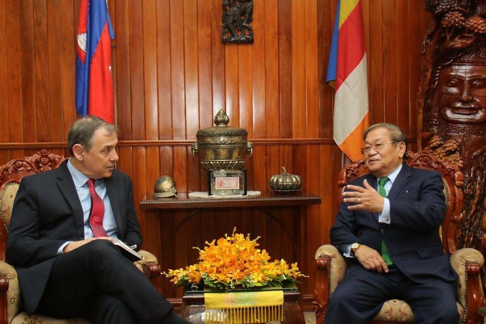 Le ministre de l'information Khieu Kanharith et l'ambassadeur américain sortant William A. Heidt