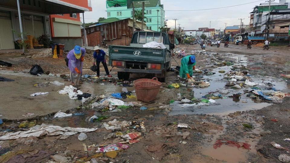 des rues de Sihanoukville transformées en dépotoirs flottants par les inondations