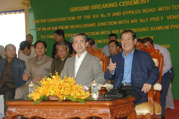 Le Premier ministre Samdech Techo Hun Sèn et de Xiong Bo, ambassadeur chinois au Cambodge.