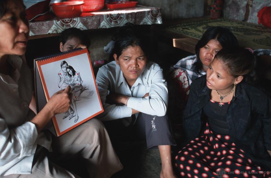 Travailleur social éduquant des prostituées sur les risques du sida