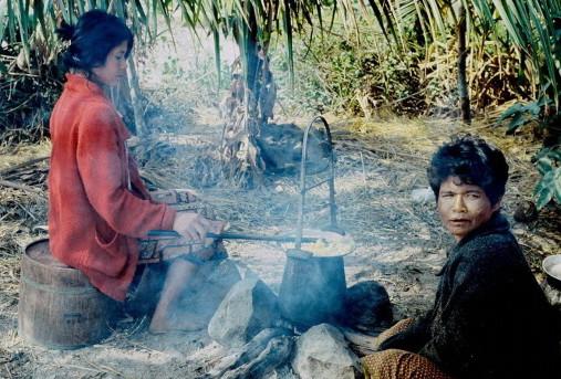 Dévidage des cocons, sans renvidoir. Khmères de Thaïlande. Kukhan, 1978
