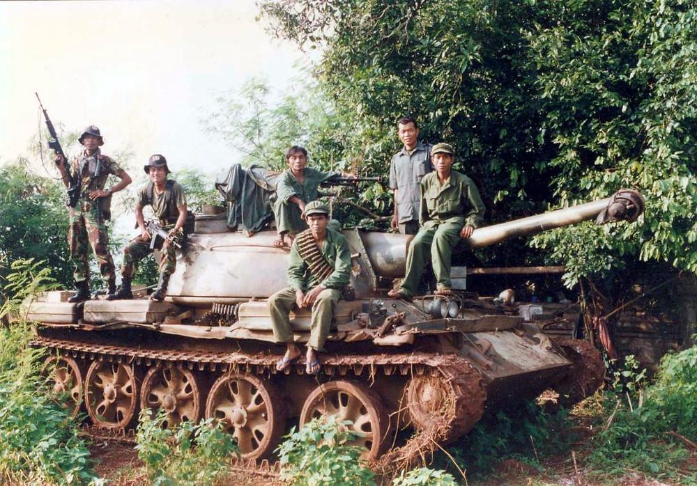 Char et soldats Khmers Rouges