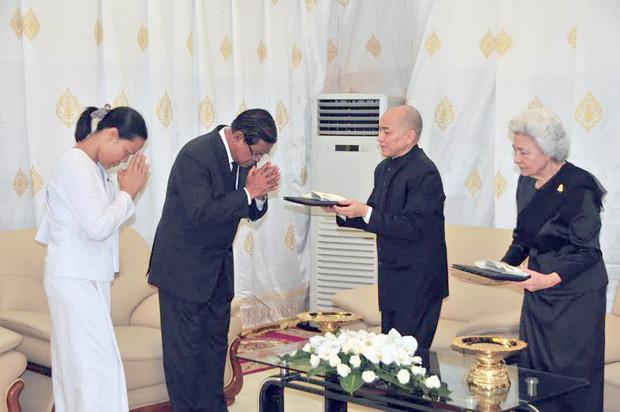 Agence AKP : Derniers hommages du souverain Norodom Sihamoni et de sa majesté la Reine Mère Norodom Monineath Sihanouk au président du Sénat et du CPP, Samdech Akka Moha Thamma Pothisal Chea Sim, décédé le 8 juin 2015, de causes naturelles.