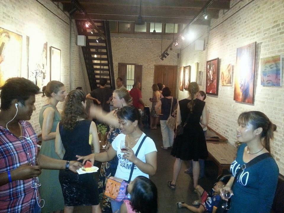 Ouverture ce samedi de l'exposition '' Women by Women'', organisée par les trois artistes Chhan Dina, Anna Sudra et Bernadette Vincent. C'est une première au Cambodge en raison de la présence de trois artistes féminines, cambodgiennes et expatriées. L'idée est venue de la pétillante artiste et enseignante Chhan Dina, qui souhaite, avec cet événement, inciter plus de femmes à s'aventurer dans le domaine de l'art généralement dominé par la gent masculine.