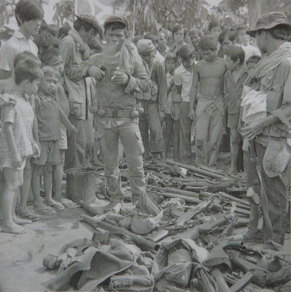 Soldat khmer rouge fumant lors de la prise de Phnom Penh (17/04/1975)
