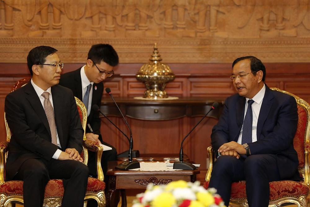 L'ambassadeur de Chine au Cambodge, Wang Wentian et le Ministre des Affaires étrangères et de la Coopération internationale, Prak Sokhonn