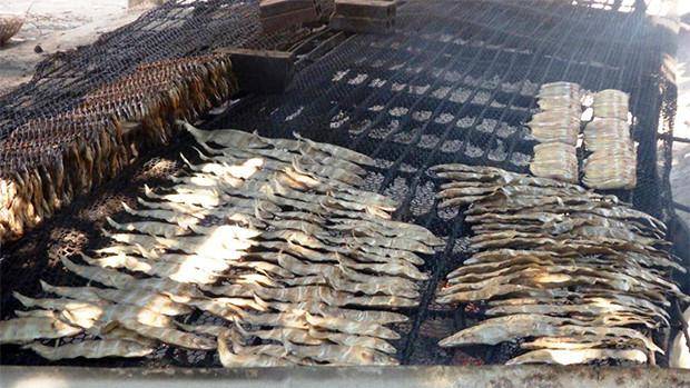 Préparation du poisson fumé à Samrong Ya