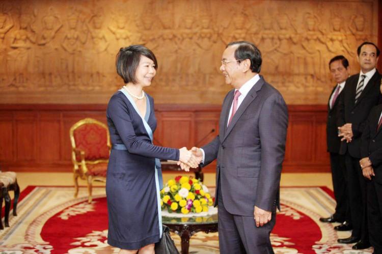 Le ministre d'Etat Prak Sokhonn, ministre cambodgien des Affaires étrangères et de la Coopération internationale, a reçu hier les lettres de créance de Mme Pauline Tamesis