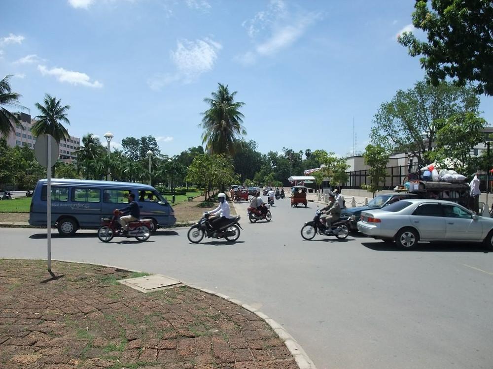 Aux abords de l'ambassade US à Phnom Penh. Photographie par hiroo yamagata (cc)