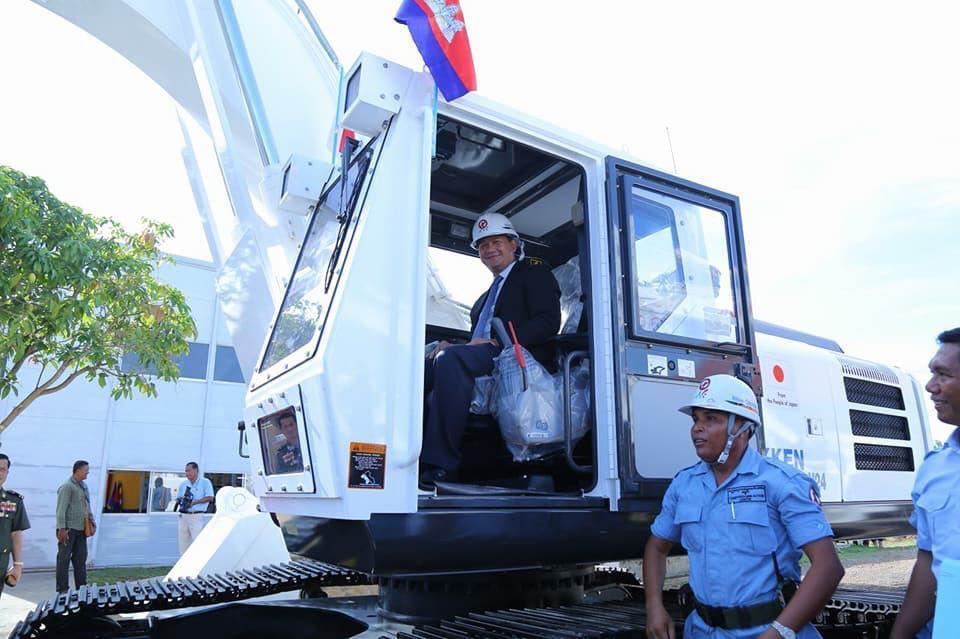 Le Japon a remis cinq machines de déminage lourdes au Centre d'action contre les mines du Cambodge (CMAC) pour soutenir ses activités. L'aide logistique représente un montant de cinq millions de dollars US.