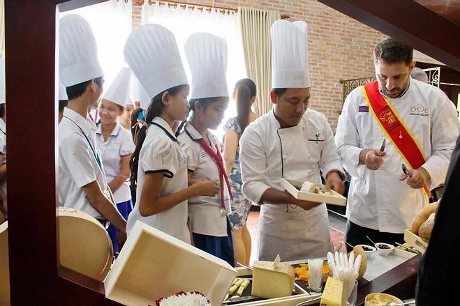 Enfants cambodgiens découvrant le fromage français