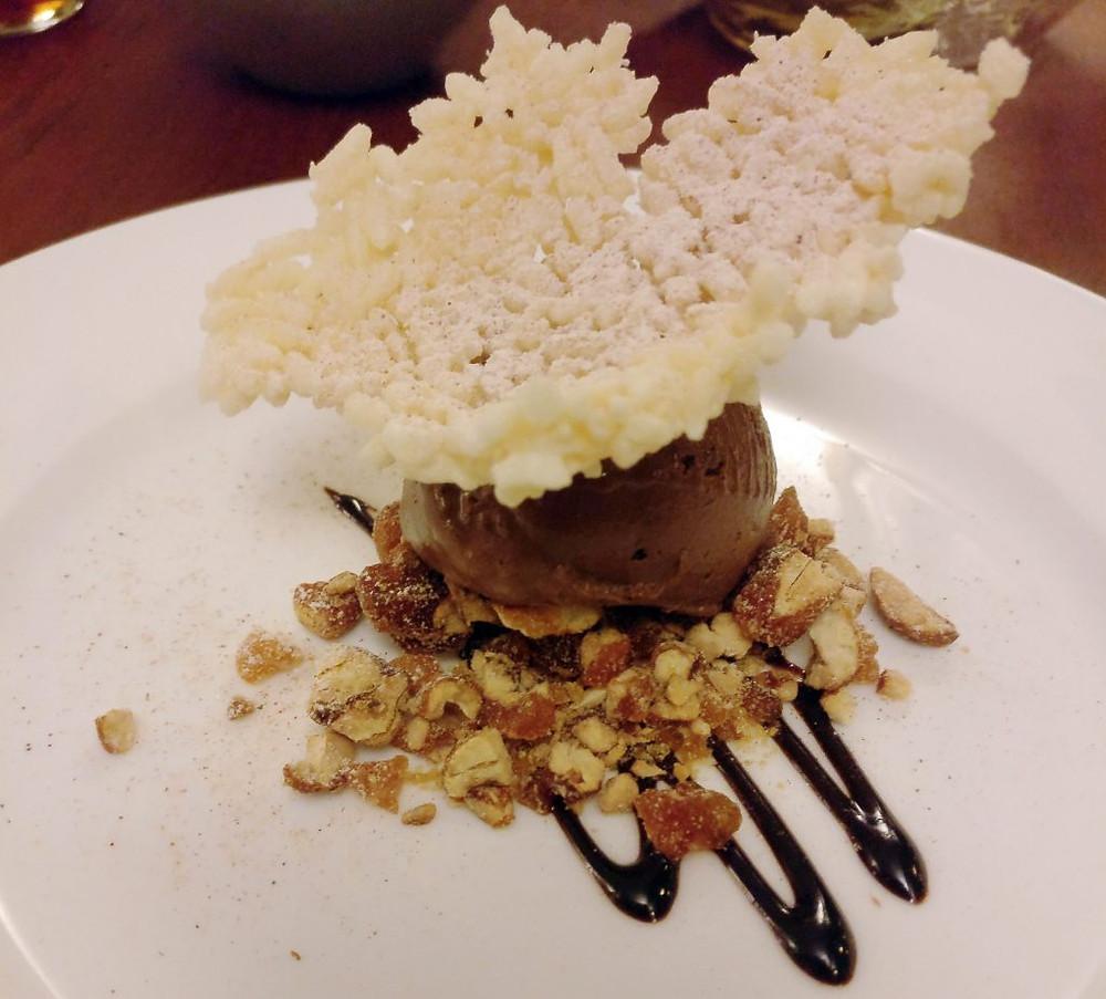 Ganache légère au chocolat noir et à la cannelle sauvage cambodgienne, riz soufflé et noix de cajou caramélisées (Photo : Benjamine Médeville)
