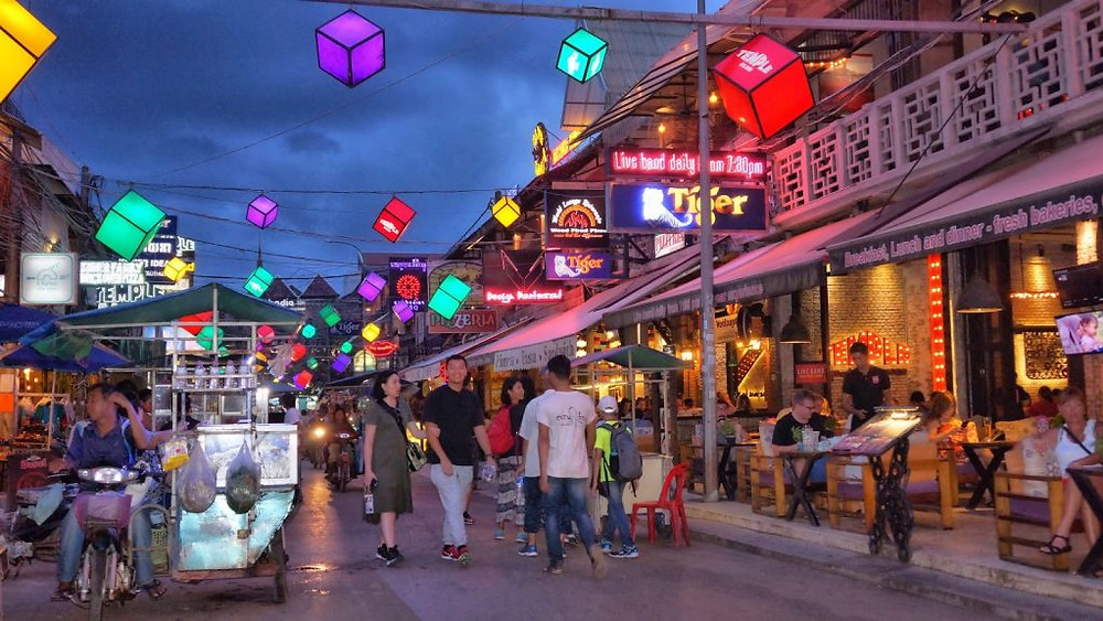 Dans le centre de Siem Reap, où se trouve la plus grosse concentration de guesthouses, principalement destinées aux voyageurs sac-à-dos. Photographie Christophe Gargiulo