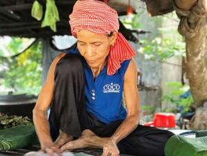 Prey Veng & Société : Cette grand-mère courageuse qui soutient sa famille en vendant des gâteaux