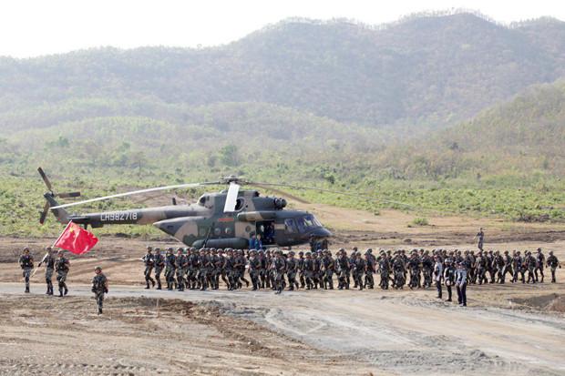 l'Armée de libération du peuple chinoisa déployé trois hélicoptères, huit chars,