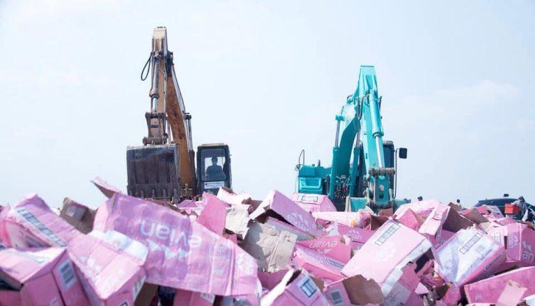 Destruction de fausses bouteilles d'Evian