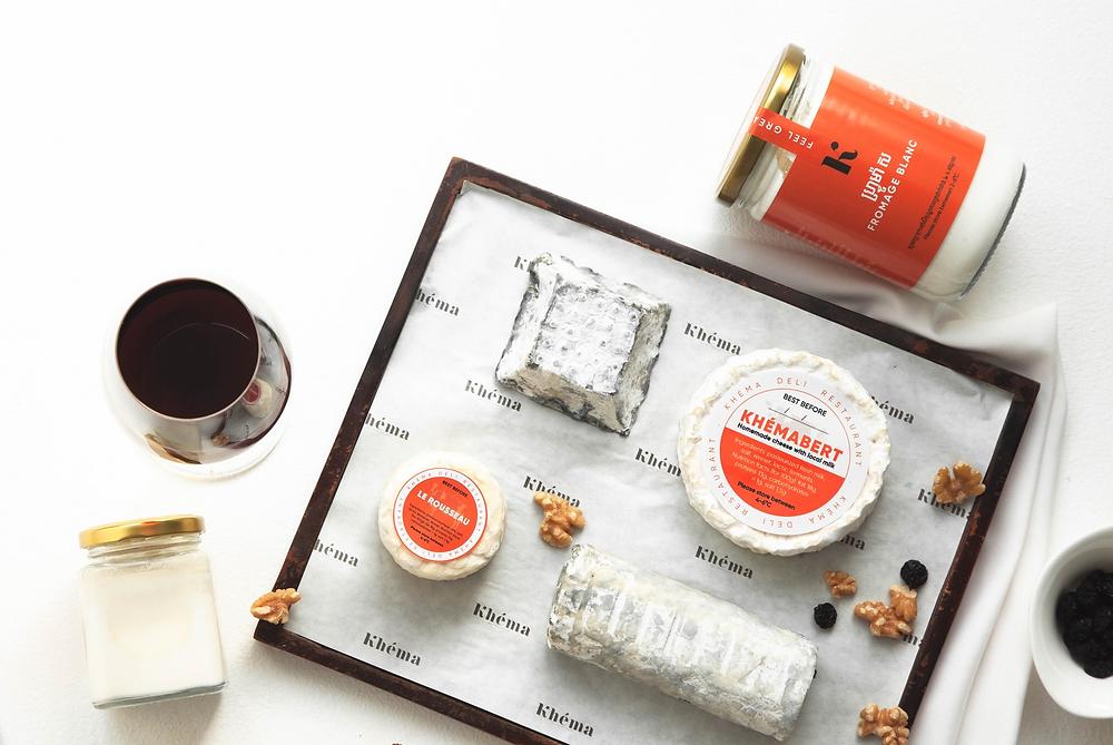 Aujourd'hui, les gourmets peuvent célébrer un nouveau fromage issu de cette fructueuse initiative : le Khémabert.
