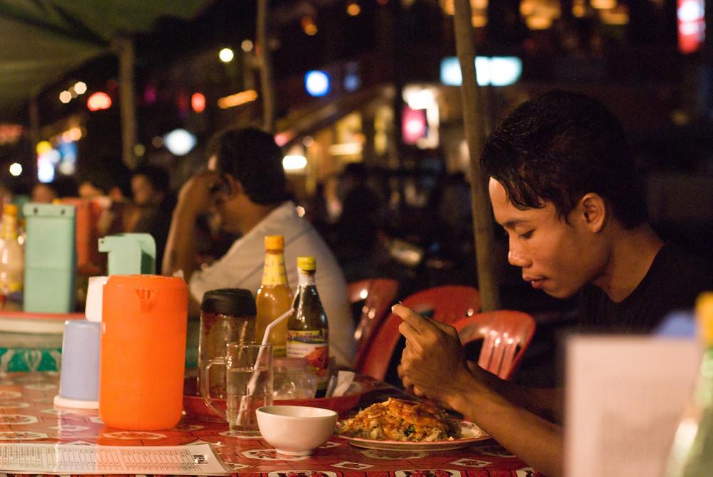 Restaurant de rue à Phnom Penh. Photo Mark Zastrow