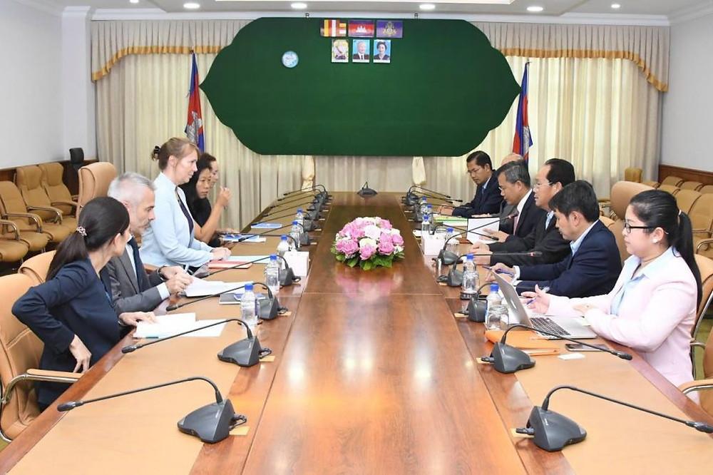 Rhona Smith, a rendu une visite de courtoisie à Chea Sophara,ministre de l'aménagement du territoire, de l'urbanisme et de la construction.