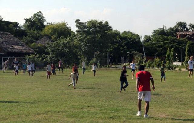 Le terrain de football accueille jusqu'à trois séances quotidiennes au village d'enfants Seametrey