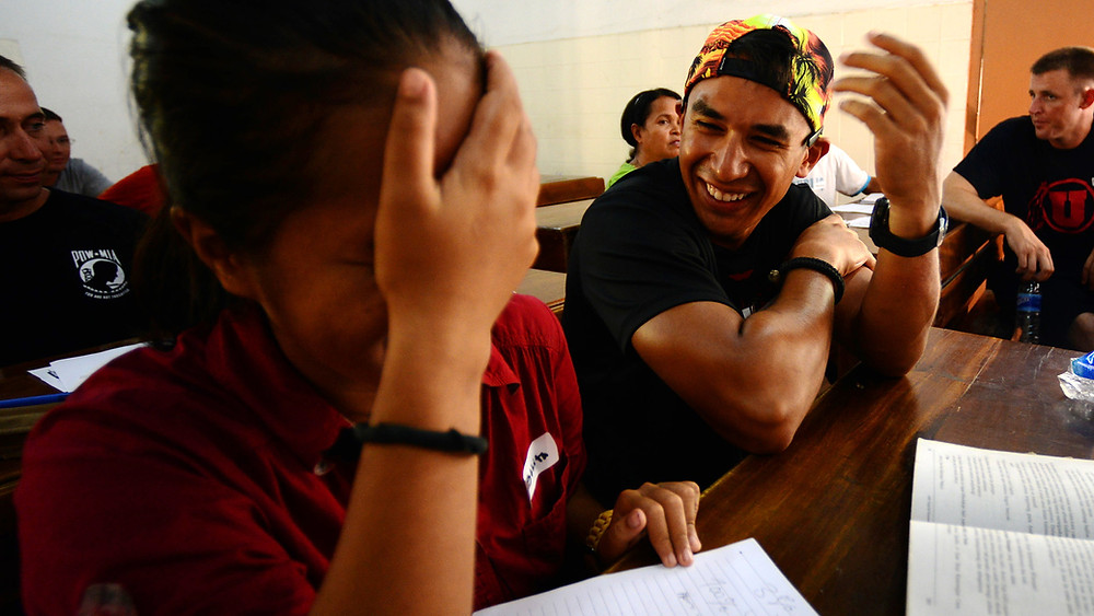 « Elle me raconte qu'elle vient des Etats-Unis avec son compagnon pour « aider ». Je plaisante en répondant que les Cambodgiens aussi aimeraient bien aller aux US pour aider »