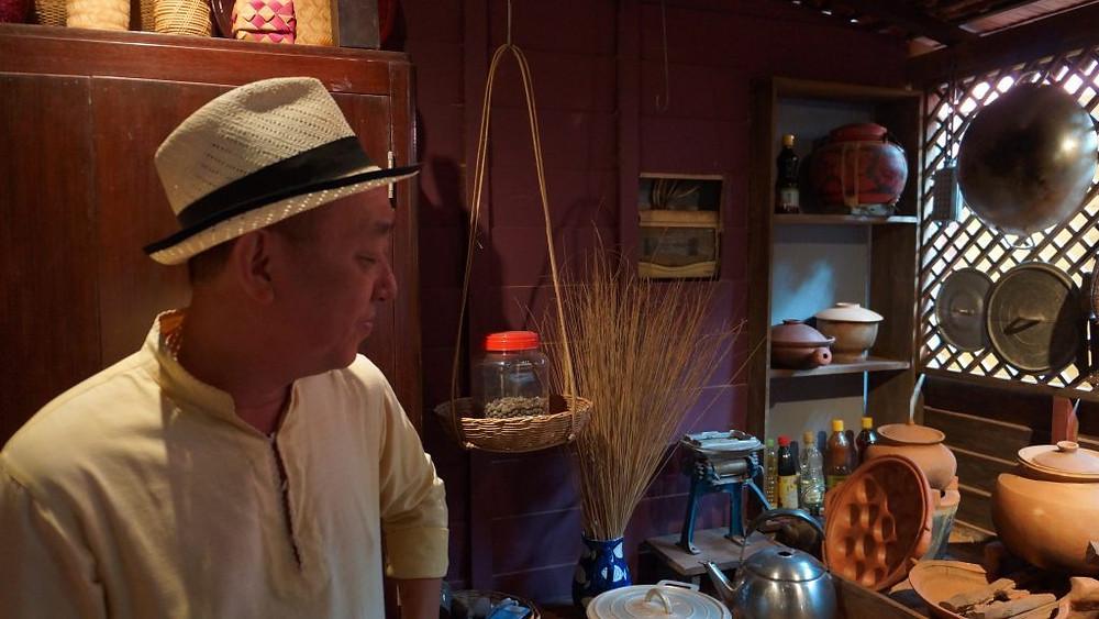 Team devant une cuisine khmère traditionnelle