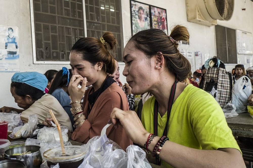 Chhun Srey Sros, ouvrière du textile à Sangkat Chaom Chao (à droite), à la cantine de son usine textile