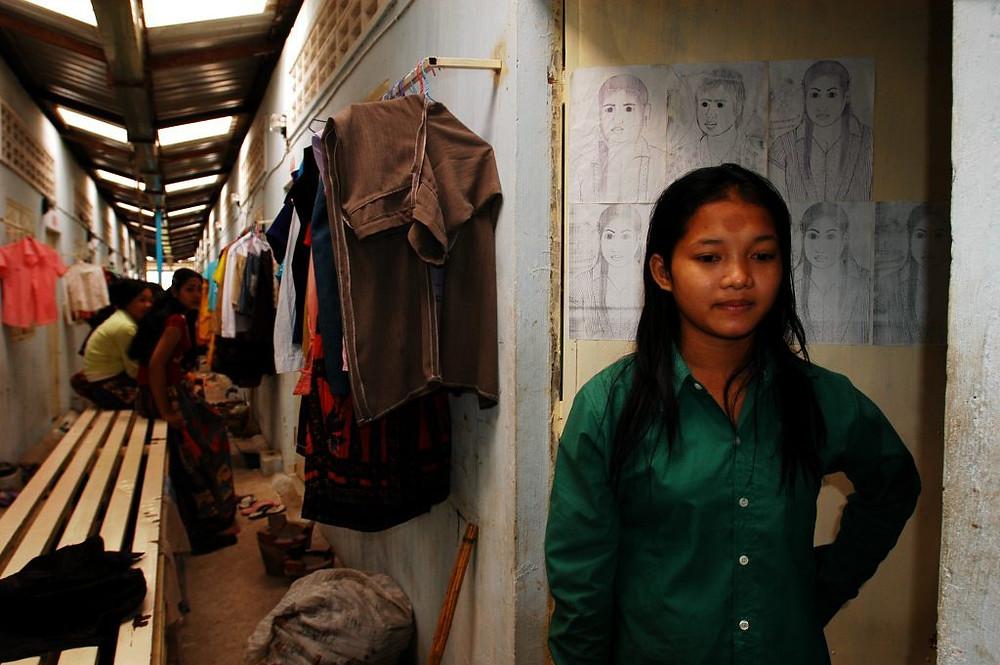 Rorm Ravy, 18 ans, de Kampong Thom, travaille dans une usine de confection depuis 10 mois. Elle vit dans une chambre louée avec 4 autres ouvrières de la même usine